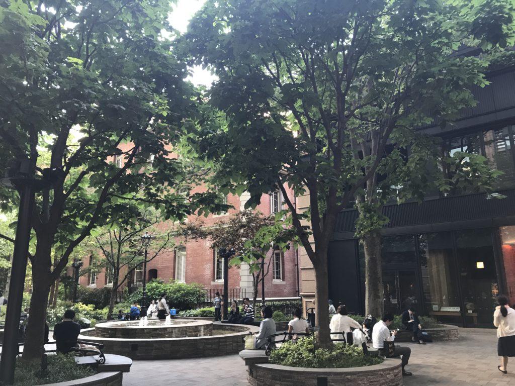 丸の内ブリックスクエアの中庭