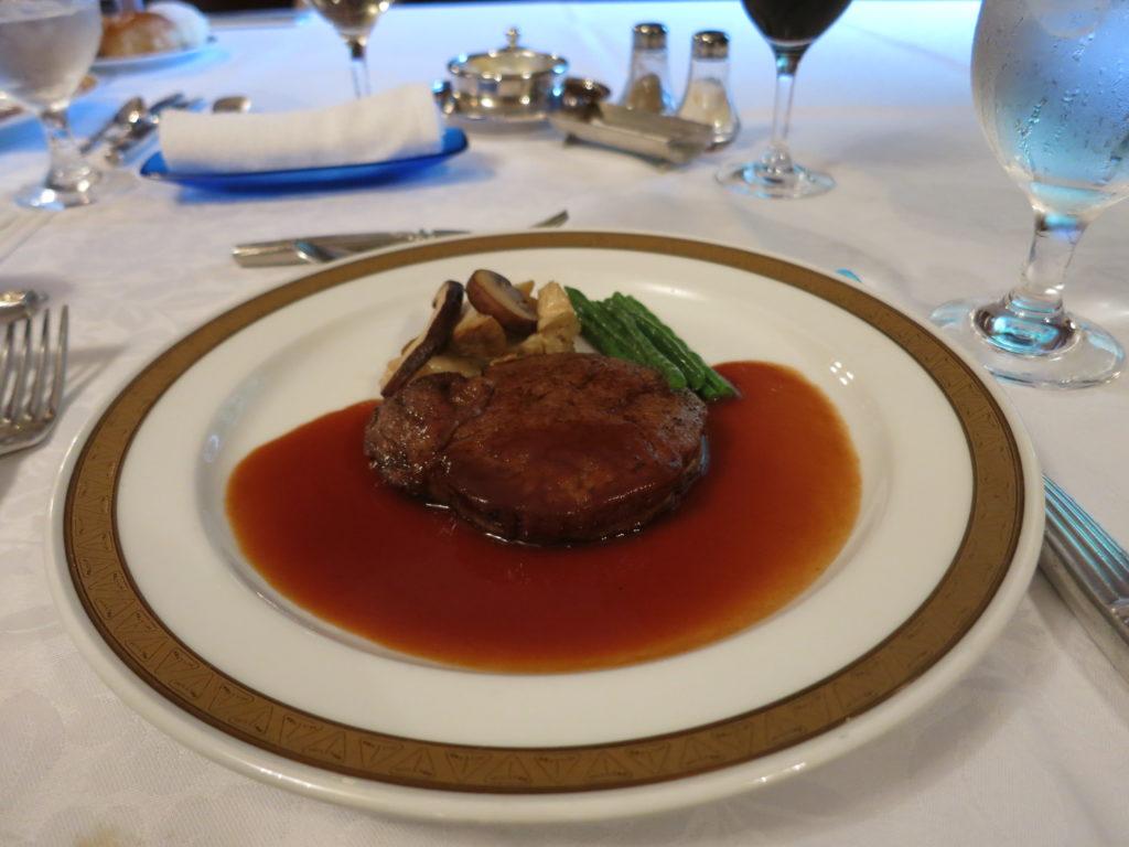 山の上ホテル 牛フィレ肉のロースト ポルト酒のソース